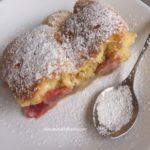 Ciasto z rabarbarem truskawkami i kruszonką